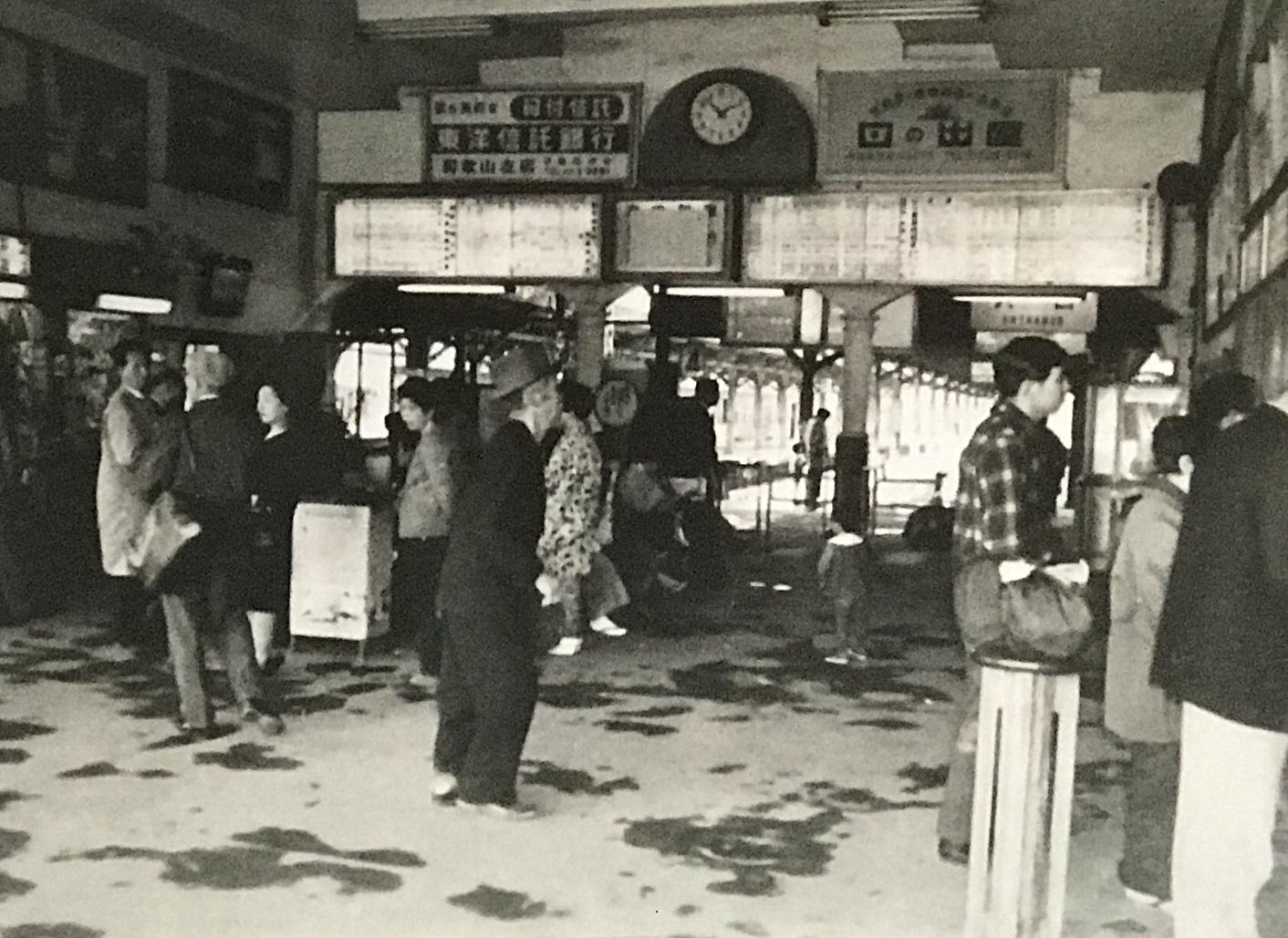 1966東和歌山駅構内(旧阪和電鉄側)。右側に切符売り場、左側には売店。奥が改札、その先に阪和線ホーム