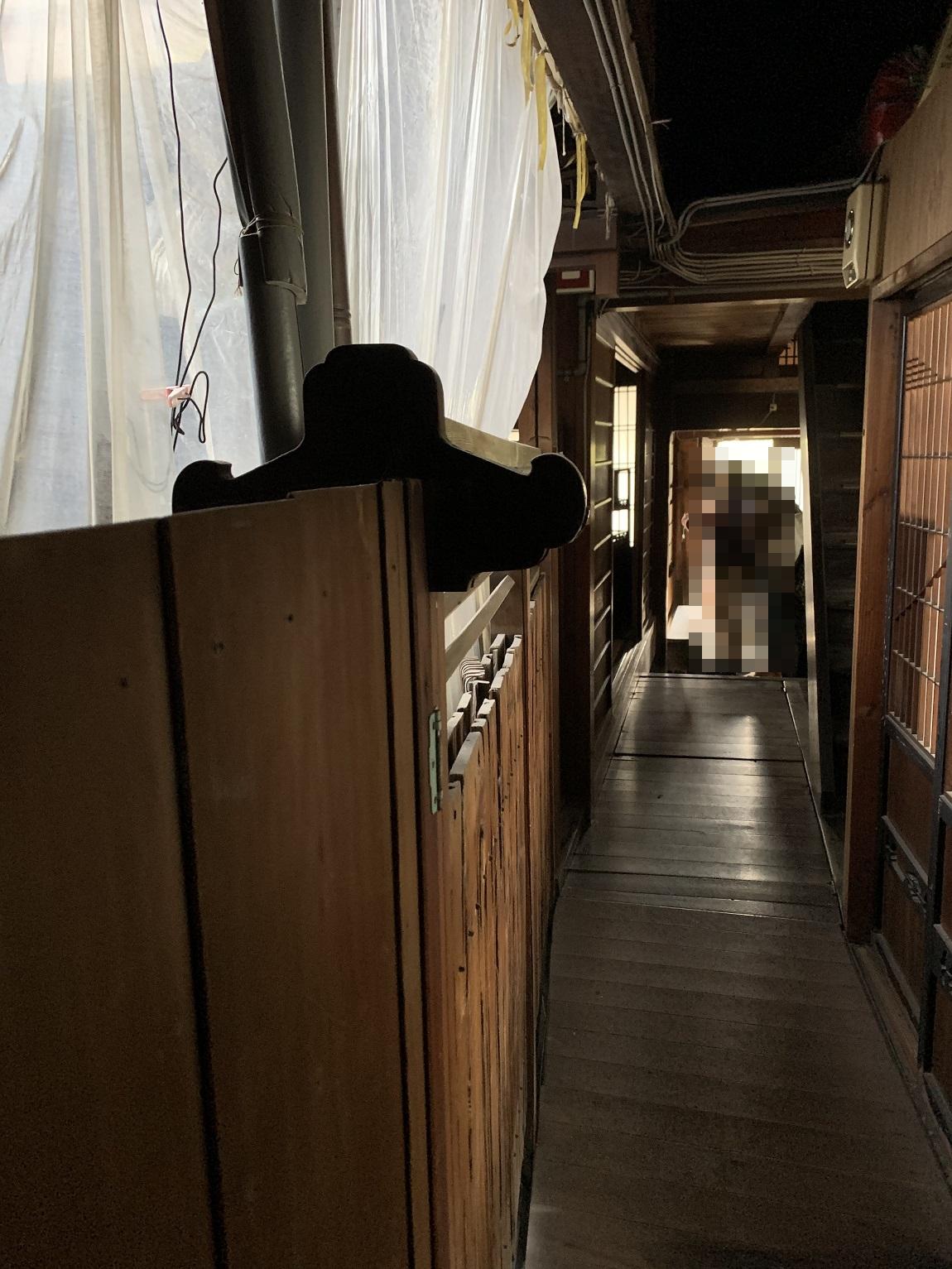 洞泉寺遊郭山中楼の中中庭裏側