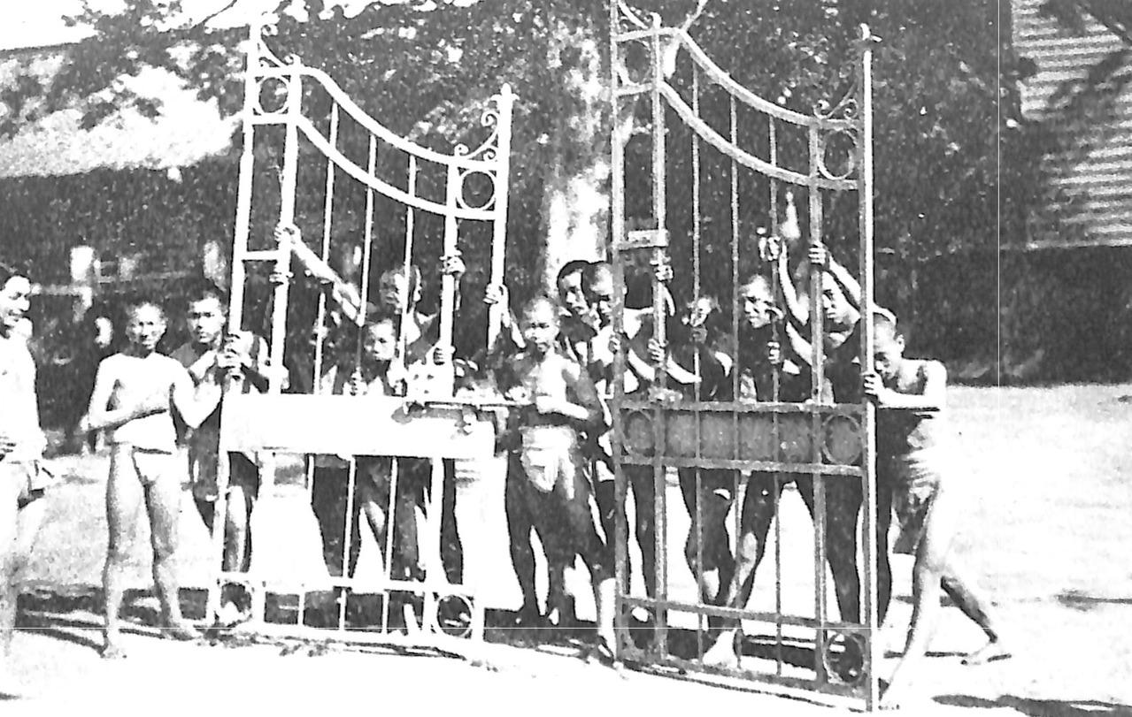 金属回収令によって供出される土浦国民学校の校門